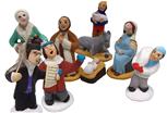 Photo : six figurines colorées, des chanteurs de Noël, des Rois-Mages, etc.